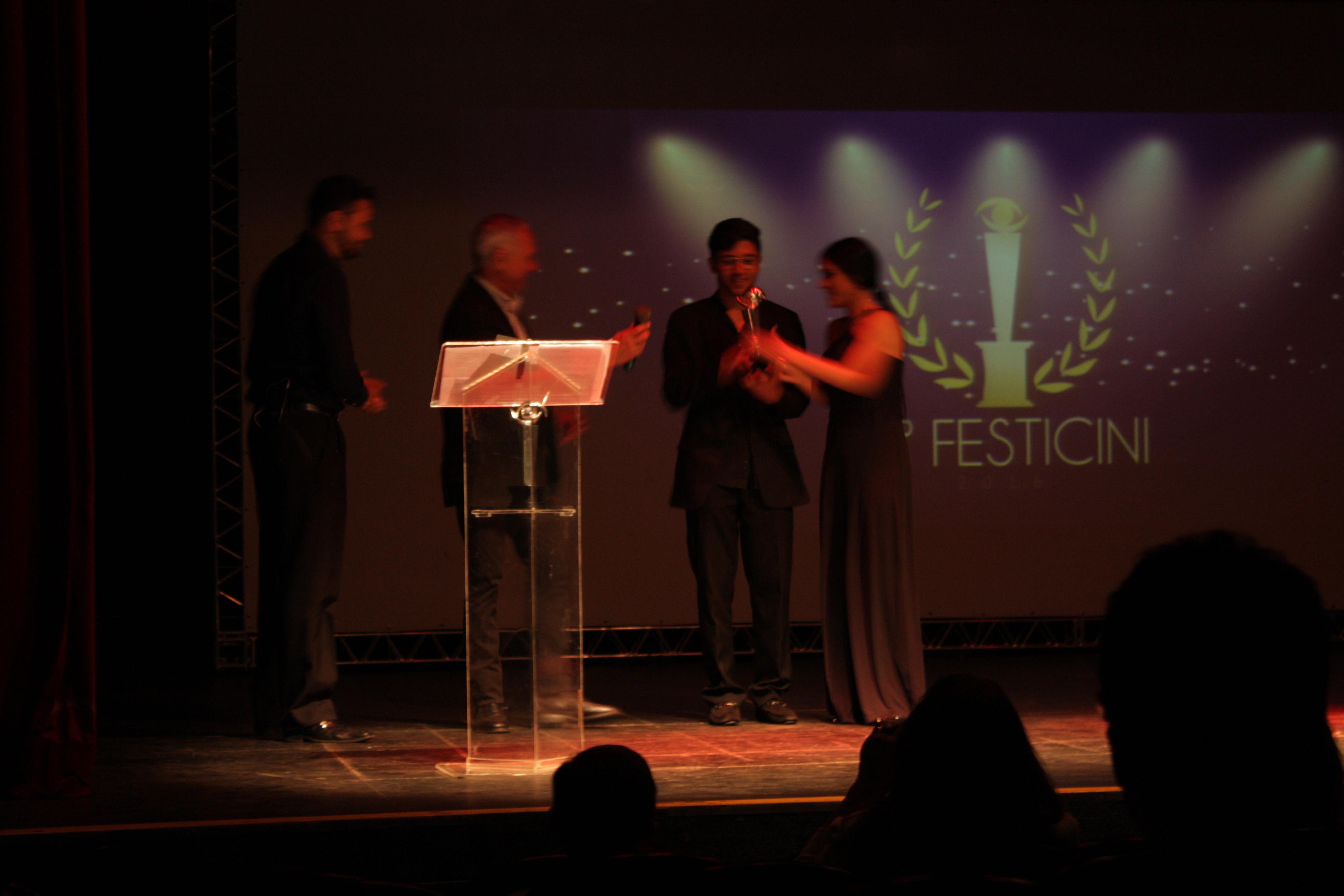 O diretor Aleksander Nascimento, juntamente com Kênia Souza, atriz do Filme Reverso, recebem o prêmio de  Melhor Média Metragem