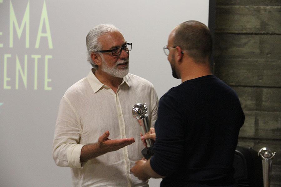 Empresário Marco Aurélio Tevano  Entrega Prêmio Melhor Filme Longa Metragem - Rebento para Diretor  André Morais