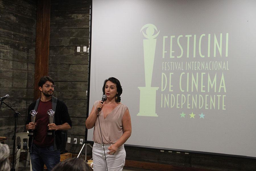 Os Produtores Nadja Mitidiero e Filipi Silveira - Recebem o Premio FESTICINI de  melhor Média  metragem -Filme  VAMPIROS