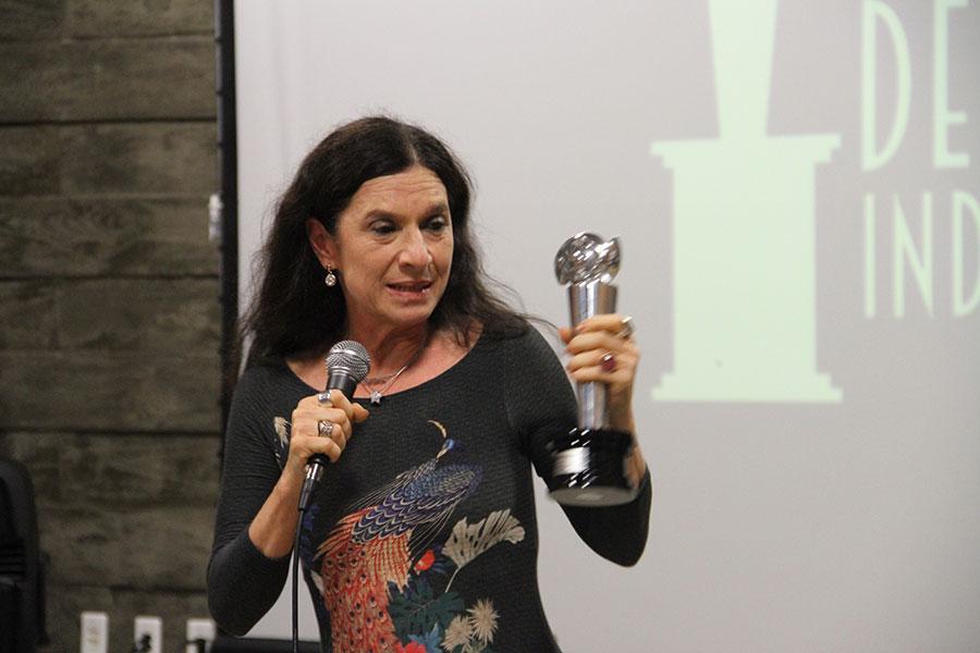 Tuna Dwek recebe o Prêmio de Melhor Atriz Coadjuvante
